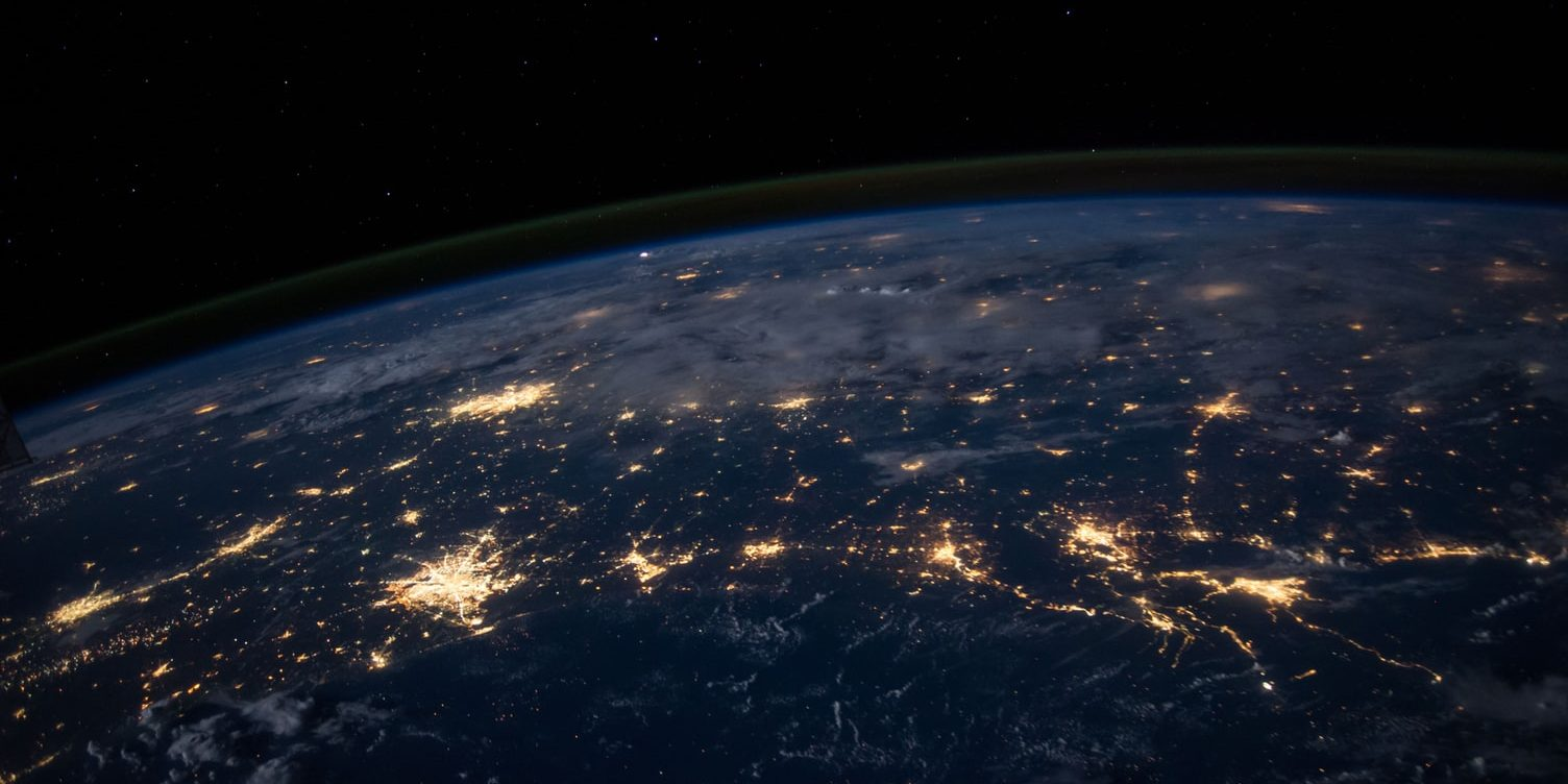 Foto do planeta Terra a noite com as luzes das cidades acesas
